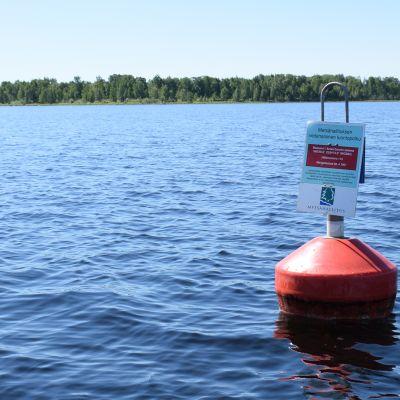 Perämeren vedenalaisesta luontopolusta kertova kyltti poijussa.