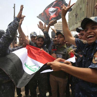 Irakin poliisijoukot juhlivat etenemistä Mosulin vanhassa kaupungissa 8. heinäkuuta.