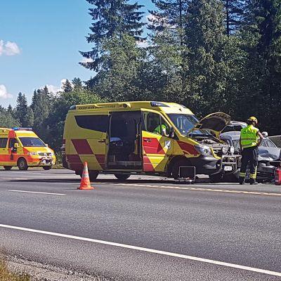 Autoja ja ihmisiä kolaripaikalla valtatiellä 9 Kuopiossa.
