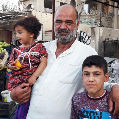 Diab Jasim tyttärensä Garan ja ja poikansa Fazilin kanssa.
