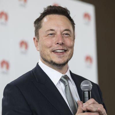 Elon Musk mikrofonin kanssa.