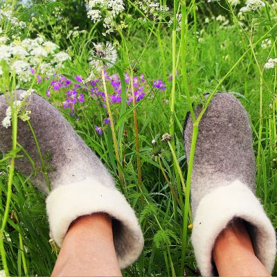 Huopatossut kesäisellä kukkaniityllä
