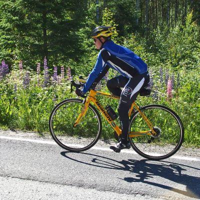 Polkupyöräilijä ajaa pientareella.