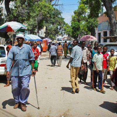 Ihmisiä kadulla Mogadishussa.