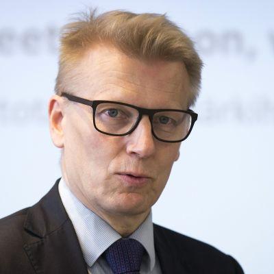 Kova talous: Kimmo Tiilikainen: Sähköautoille ostotuki vai uusiutuvaa tankkiin?