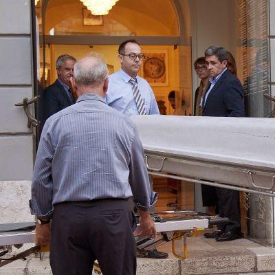 Dalìn jäännöksiä kannetaan arkussa tutkittavaksi.