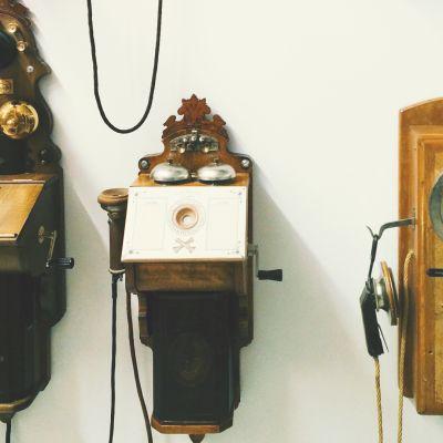 Vanhoja veivattavia puhelimia.