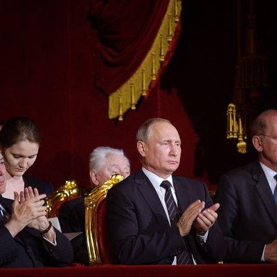Vladimir Putin ja Brasilian presidentin Michel Temer istuvat Bolshoi teatterissa.
