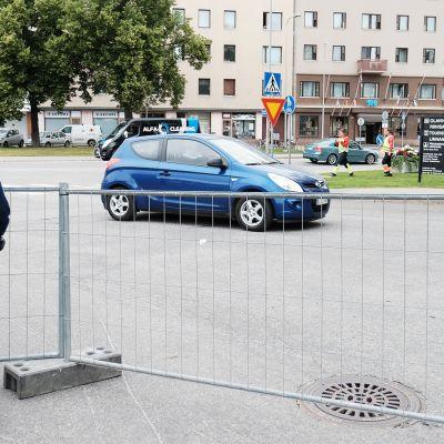 Poliisi valvomassa likennettä savonlinnan keskustassa.