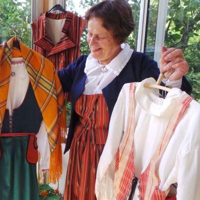 Marja-Liisa Korkeaoja esittelee kansallispukuja