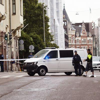 Poliisi onnettomuuspaikalla Annankadun ja Lönnrotinkadun risteyksessä.