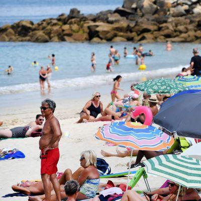 Ihmisiä Douarnenez'n rannalla Etelä-Ranskassa 18. heinäkuuta.