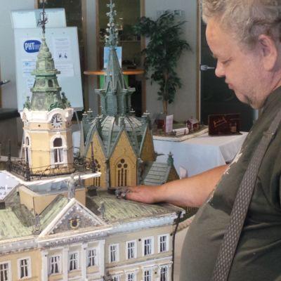 Hannes Tiira tunnustelee raatihuoneen pienoismallia
