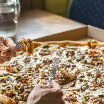 Haasteessa tulee syödä 80 cm leveä pizza puolessa tunnissa.