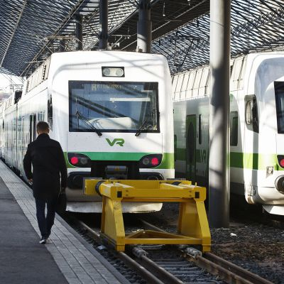 Matkustajia menossa junaan Helsingin päärautatieasemalla.