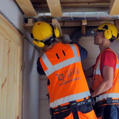 Ammattiopisto Lappian opiskelijoita asentamassa kattoa.