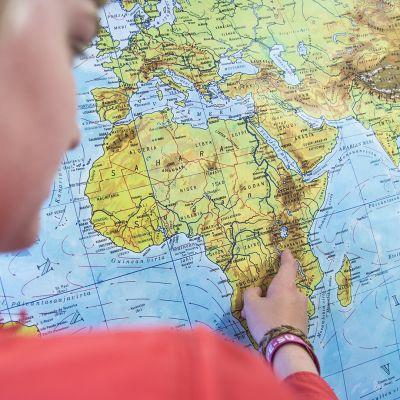 Kirikou näyttää ensimmäisen koulunsa sijainnin kartalta.
