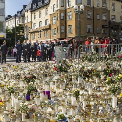Pääministeri Juha Sipilä Turun kauppatorilla puukotusten uhrien muistopaikalla 21. elokuuta.