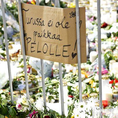 Muistokynttilöitä ja kukkia Turun kauppatorilla sunnuntaina iltapäivällä 20. elokuuta.