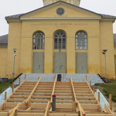 Alatornion kirkon portaita remontoidaan.