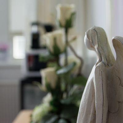 Puinen enkeli sairaalan pöydällä.