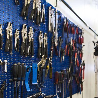 Autokorjaamon työkaluja seinällä