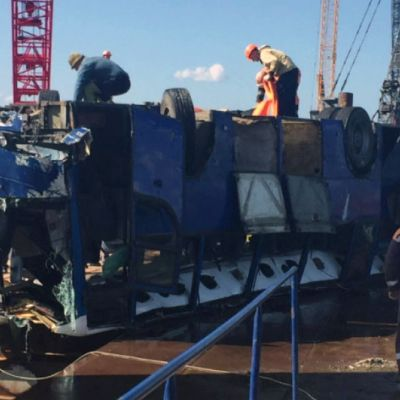 En buss med byggnadsarbetare kanade ner i havet