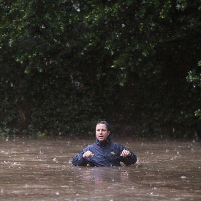 Asukas käveli River Oaksin alueella tulvivaa katua pitkin Houstonissa Texasissa 27. elokuuta.