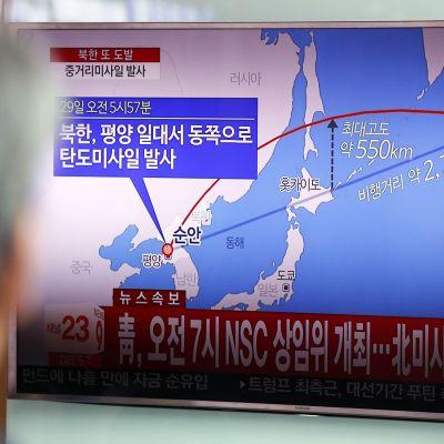 Ihmiset seurasivat Pohjois-Korean ohjuskoetta käsittelevää uutislähetystä Soulissa 29. elokuuta.