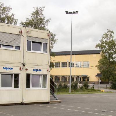 Akaan Viialan parakkikoulu. Taustalla vanha käytöstä poistunut keskustan koulu