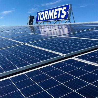 Aurinkopaneelit katolla.