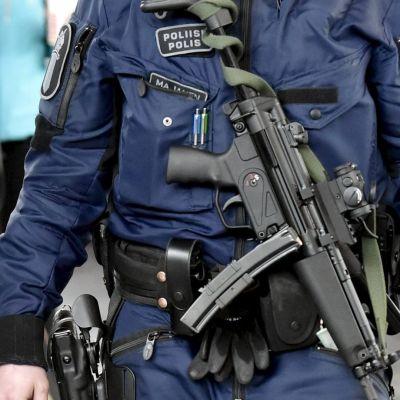 LKS 20170901 Poliisi partioi konepistooli esillä Helsinki-Vantaan lentoasemalla Vantaalla 13. huhtikuuta 2017