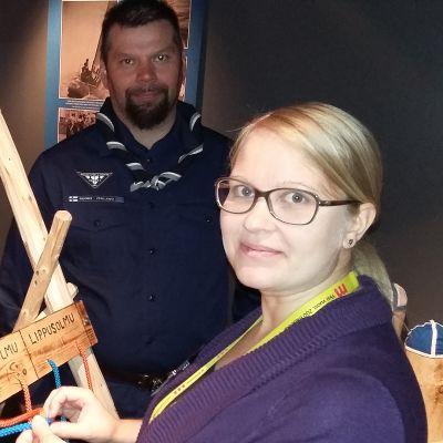 Saija Pietiläinen kokeilee solmujen tekoa. Jani Seppälä seuraa vierestä.