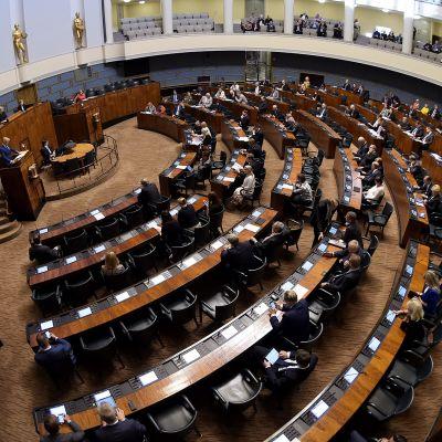 Ensimmäinen istunto meneillään remontoidussa eduskuntatalossa.