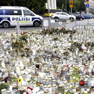 Muistokynttilöitä ja -kukkia puukotusten uhrien muistolle Turun torilla  29. elokuuta 2017.