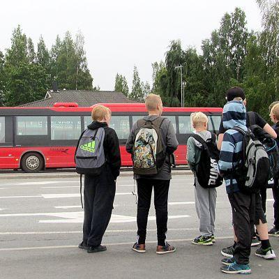 Ensimmäiset kokeilut peruskoululaisten maksuttomasta liikenteestä tehtiin jo vuonna 2017. Kuvassa koululaiset odottavat bussia Mikkelissä. Arkistokuva.