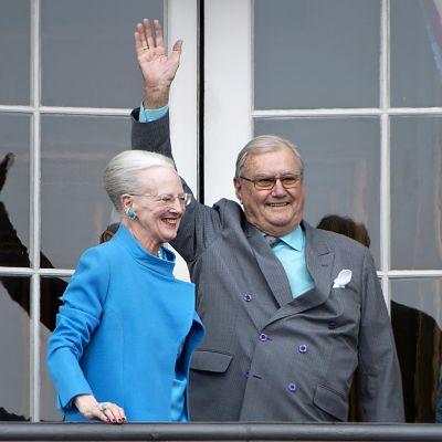 Tanskan kuningatar Margareeta ja prinssi Henrik tervehtivät kansalaisia viime vuonna kuningattaren syntymäpäivänä.