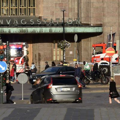 Pelastuslaitoksen yksiköitä Helsingin päärautatieaseman edessä 6. syyskuuta