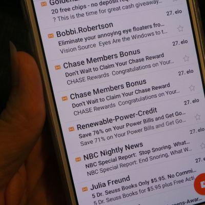 roskapostia kännykän näytöllä