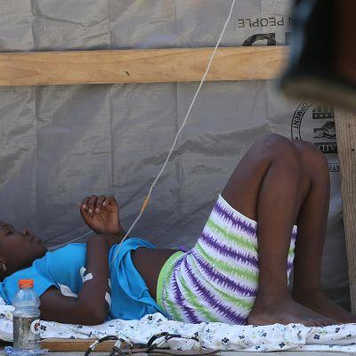 Koleran oireista kärsivää naista hoidettiin Haitilla 13. lokakuuta 2016.