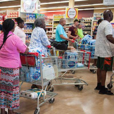 Ihmiset varautuivat hurrikaani Irman tuloon Floridan Hallandalessa 7. syyskuuta.