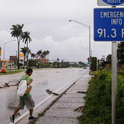 Mies kävelee tietä Florida Keysissä.