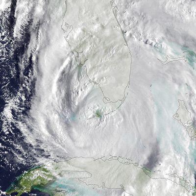 Yhdysvaltain sää- ja valtamerentutkimusorganisaation (NOAA) välittämä sateliittikuva hurrikaani Irman etenemisestä Floridan yllä 10. syyskuuta.
