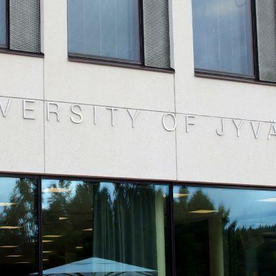 University of Jyväskylä -teksti Ruusupuisto-rakennuksen seinässä.