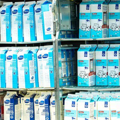 Maitopurkkeja kaupanhyllyssä