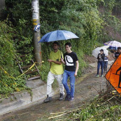 Ihmisiä trooppisen myrskyn Naten tuhoamalla Ajuelitan alueella san Josen lähistöllä Costa Ricassa 5. lokakuuta.