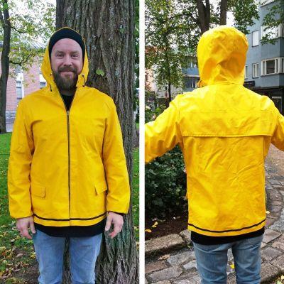 Miehellä keltainen sadetakki