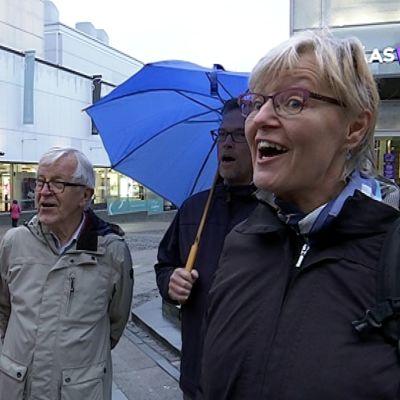 Osa maratonkonsertin laulajista yllätti laululla perjantaiamun ohikulkijoita Jyväskylän kävlykadulla.