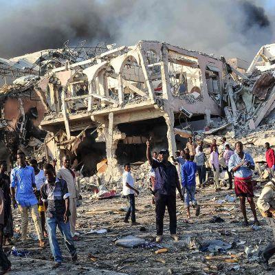 Ihmiset kerääntyivät auttamaan Mogadishun pommi-iskun uhreja lauantaina 14. lokakuuta.