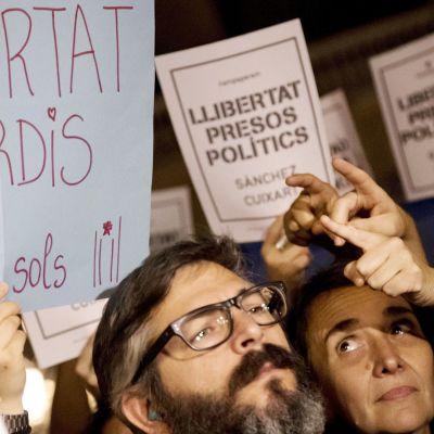 Mielenosoittajat vaativat Sanchezin ja Cuixartin vapauttamista Barcelonassa.
